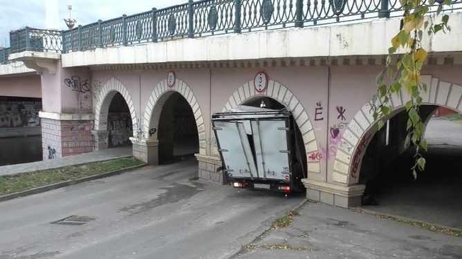 Брянский грузовик попал в курьезную аварию в Орле