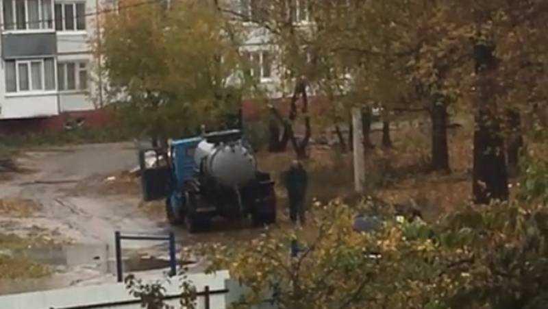 В Брянске ассенизаторская машина слила цистерну во дворе многоэтажки