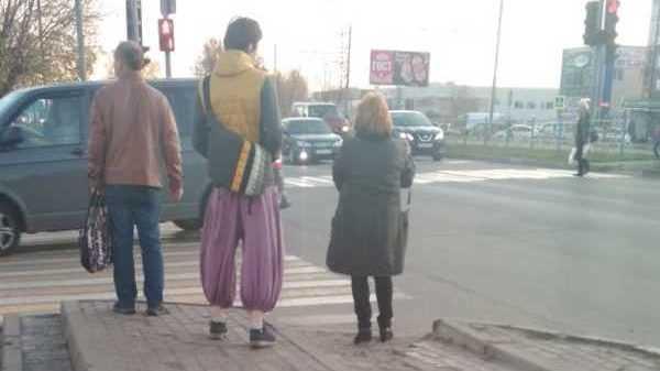 Жителей Брянска рассмешил Аладдин в шароварах и модных кроссовках