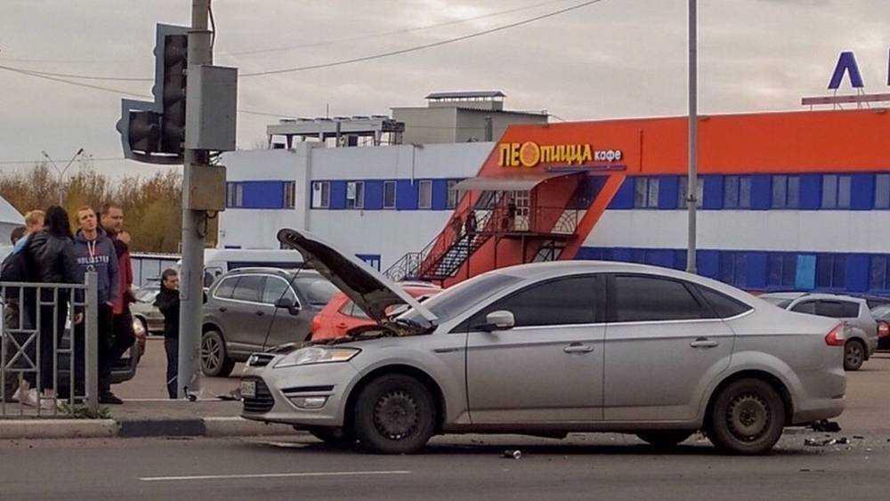 В Брянске возле «Линии» два автомобиля обменялись жесткими ударами