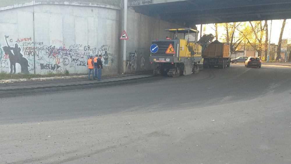 В Брянске начали срезать новый асфальт на дороге под Литейным путепроводом