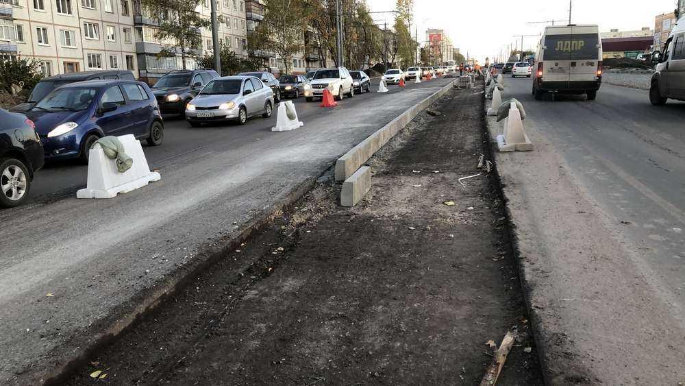 В Брянске на Авиационной улице построили часть разделительной полосы