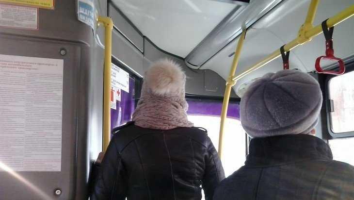 Бабушки и школьники своими сумками и рюкзаками испортили брянцу жизнь