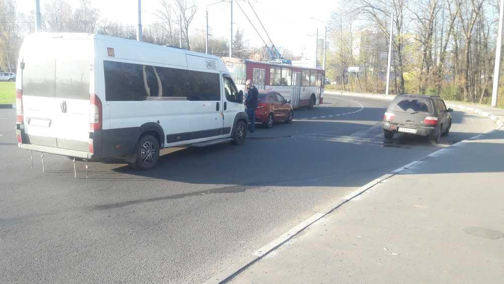 В Брянске столкнулись маршрутка и легковой автомобиль