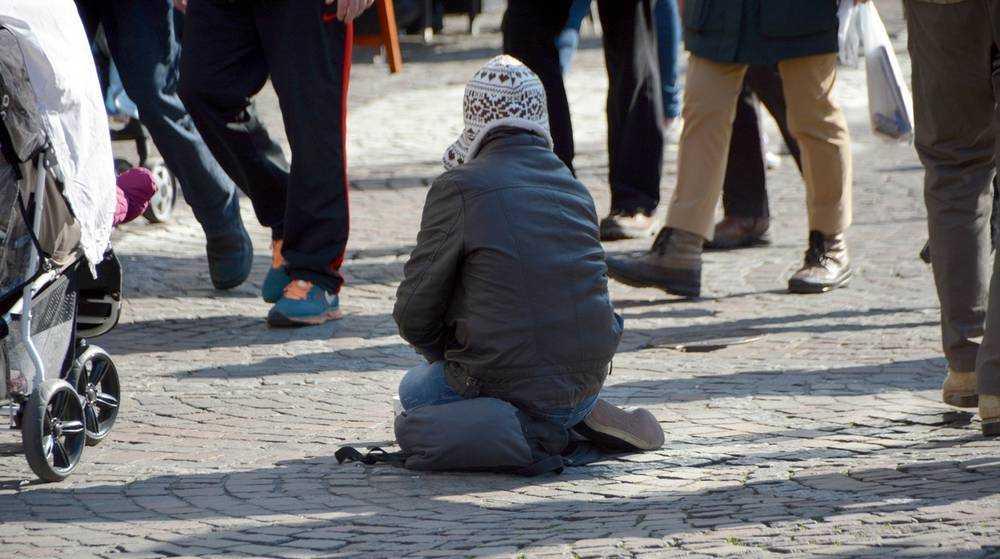 В Новозыбкове нищая женщина отправила шестилетнюю дочь побираться