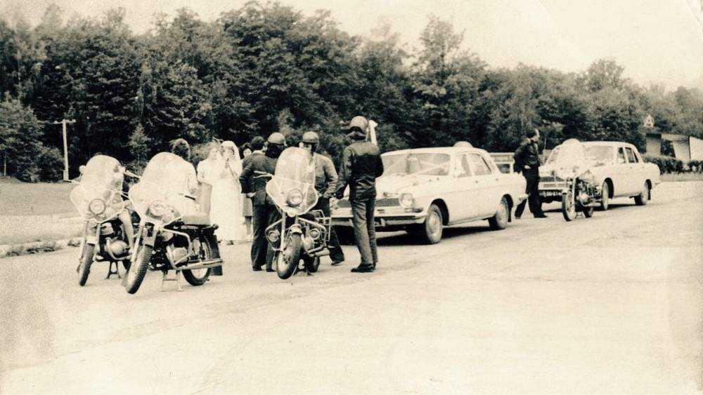 Брянцам напомнили свадебный кортеж с мотоциклистами советской эпохи