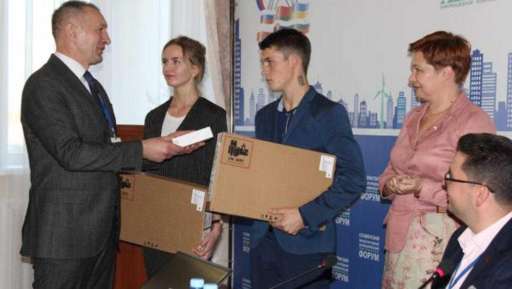 Спасших людей брянских школьников наградили ноутбуками