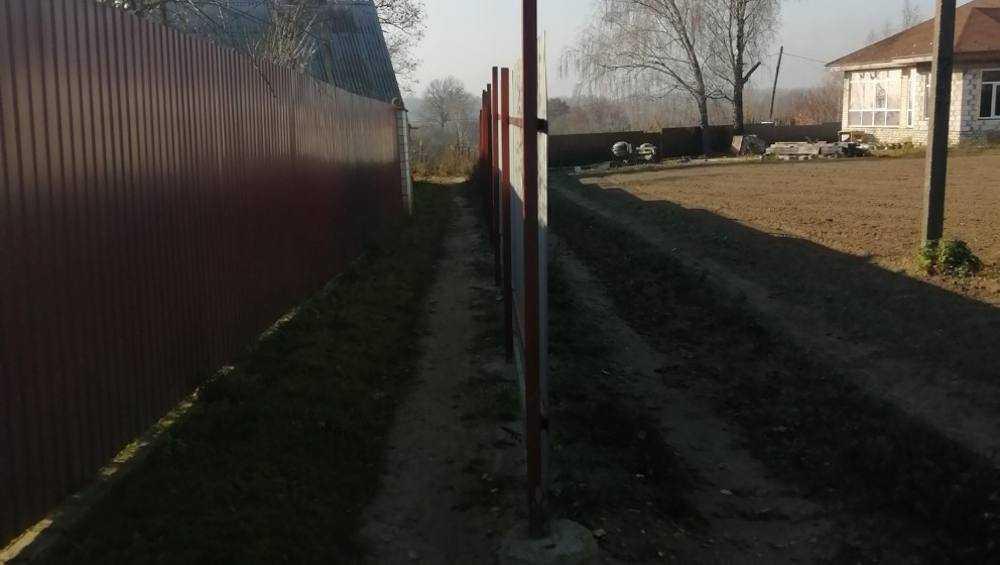 В Кокине местный житель перекрыл дорогу забором