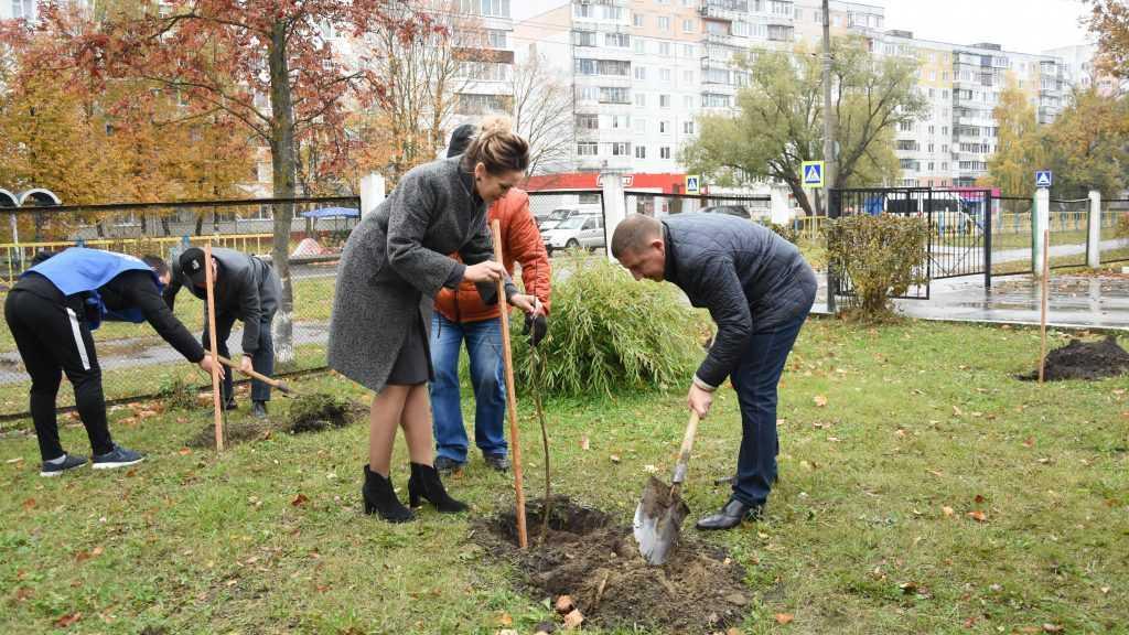 В Брянске в рамках акции «Классный лес» высадили 45 деревьев