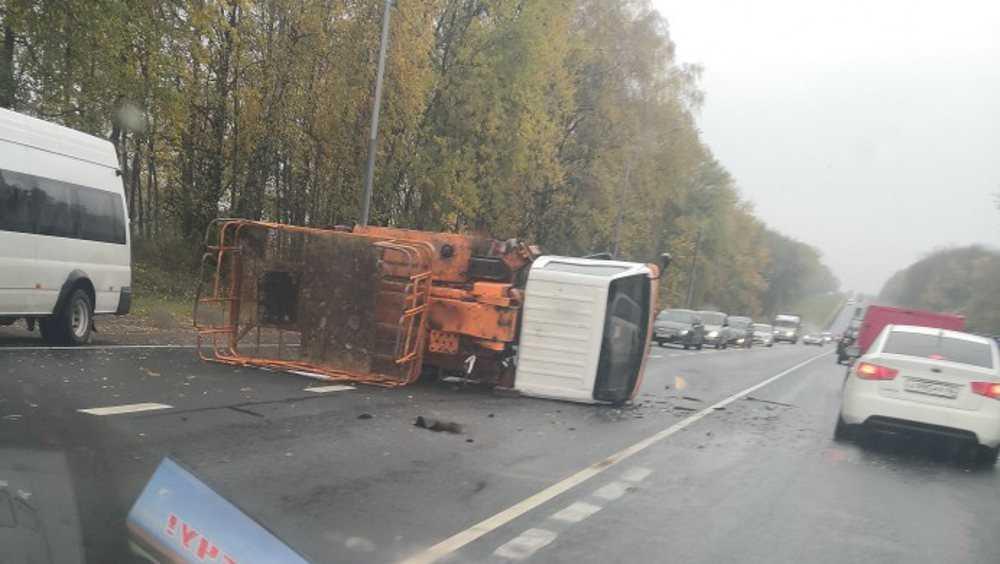 Под Брянском на смоленской трассе из-за ДТП перевернулась автовышка