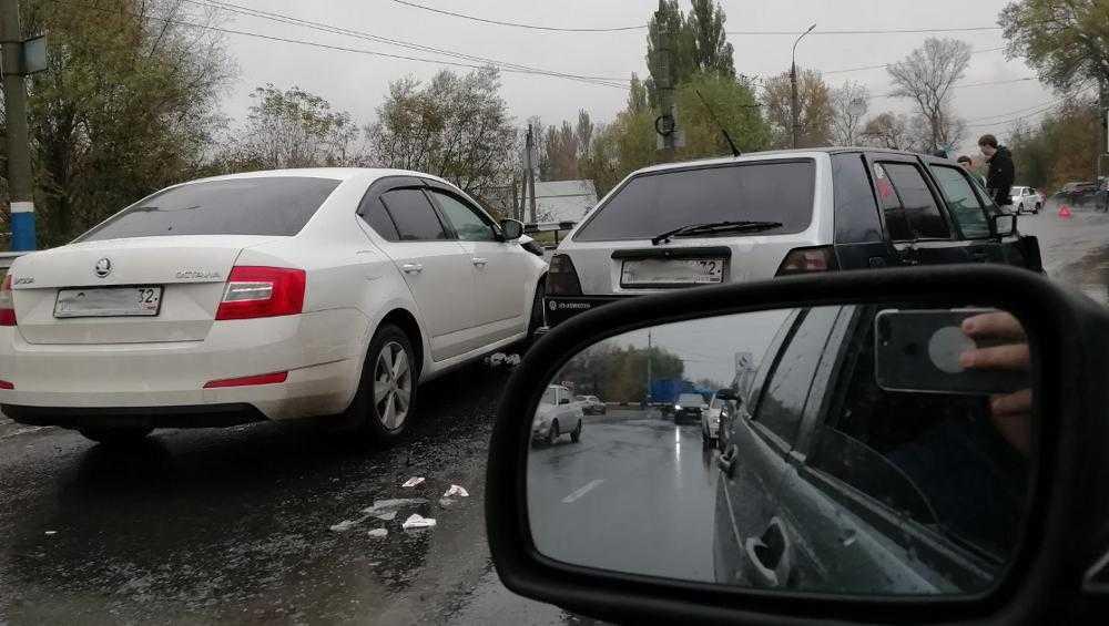 ВБрянскена улицеКалининастолкнулись три легковых автомобиля