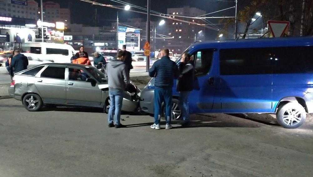 В Брянске столкнулись два автомобиля на улице Авиационной