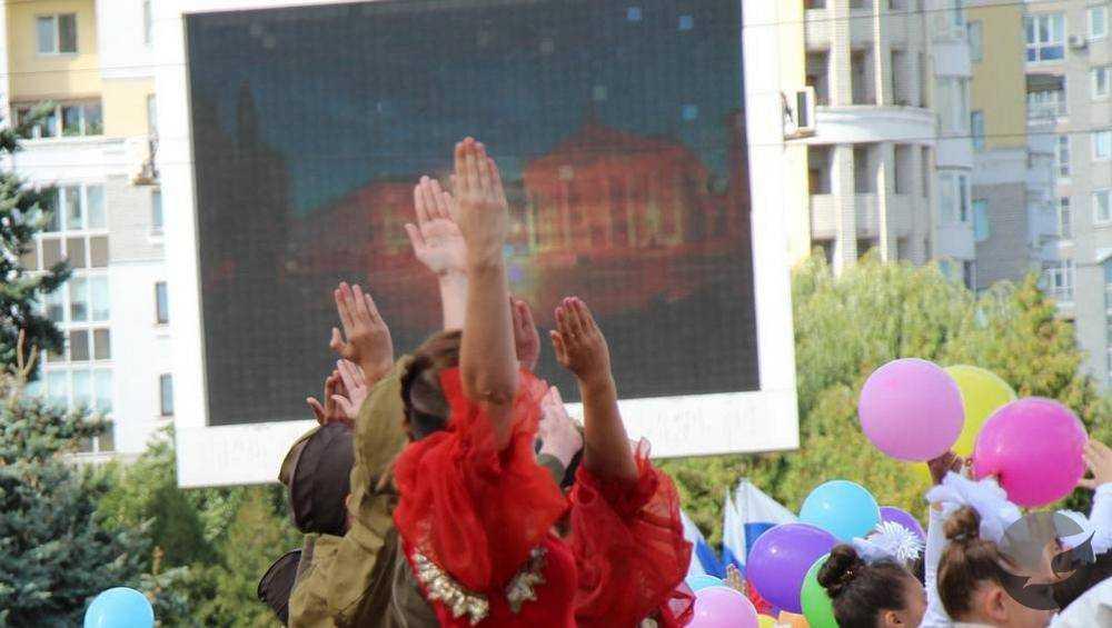 В Брянске на площади Партизан начали сносить большой экран