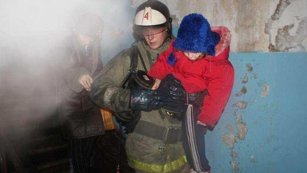 Из горевшей фокинской пятиэтажки пожарные эвакуировали 20 человек