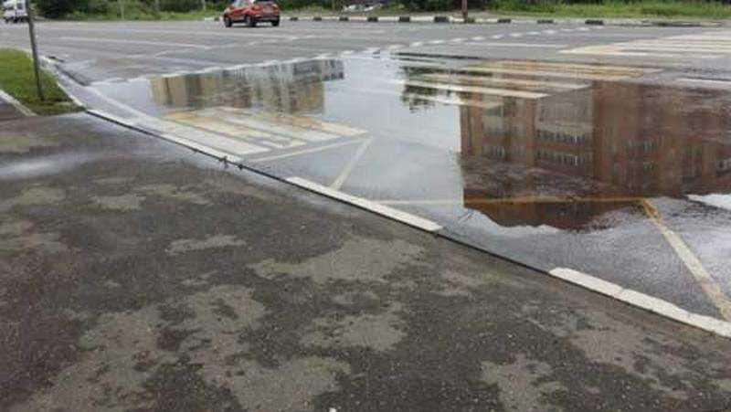 В Брянске возле «Линии» утонул пешеходный переход