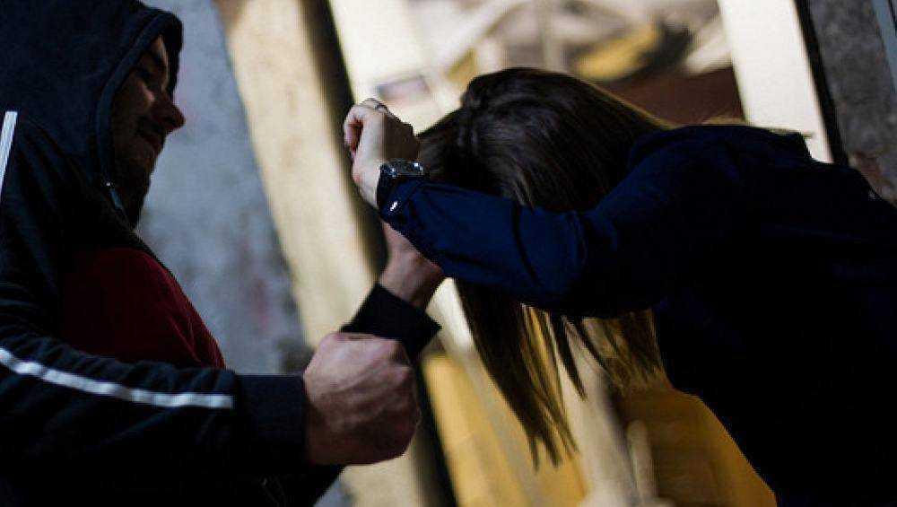 В Брянске двое парней избили и ограбили молодую женщину