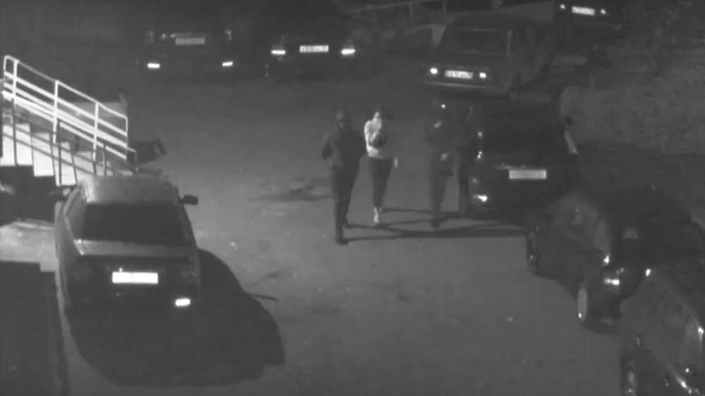 В Брянске подростки сломали зеркало автомобиля во дворе дома