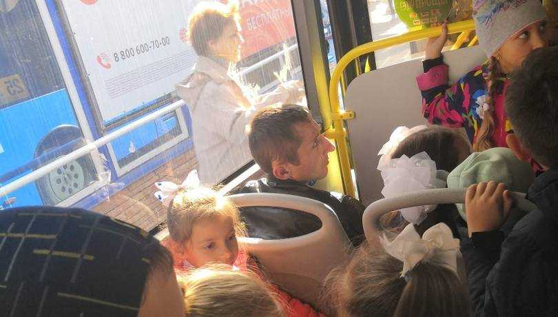 В Брянске из-за сидевшего мужчины пассажирка автобуса подняла скандал