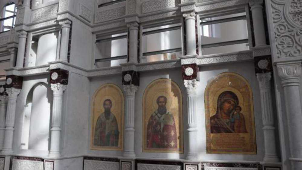 В новом кафедральном соборе Клинцов начали устанавливать иконы