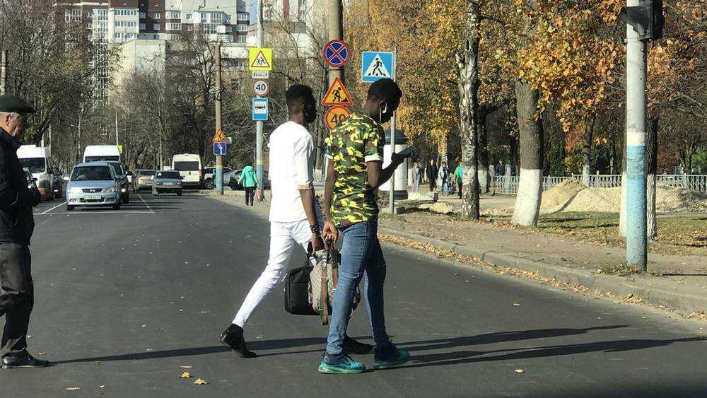 Африканским студентам стало жарко в осеннем Брянске