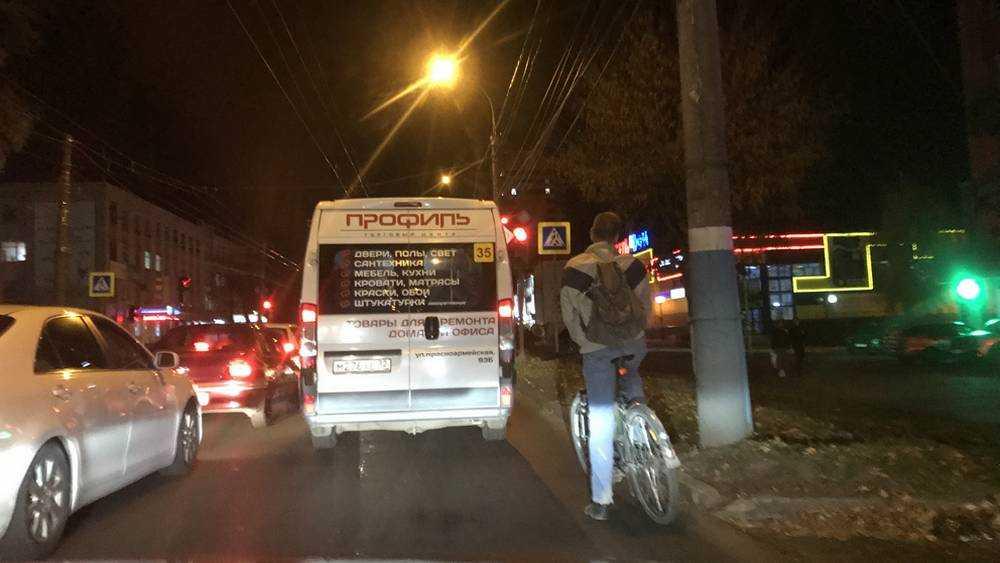 Брянские водители попросили усмирить ночных велосипедистов