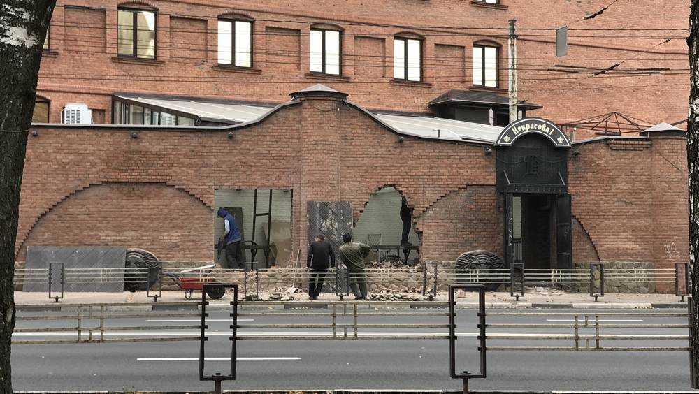 В Брянске разрушили «крепостную стену» гостиницы «Башня»