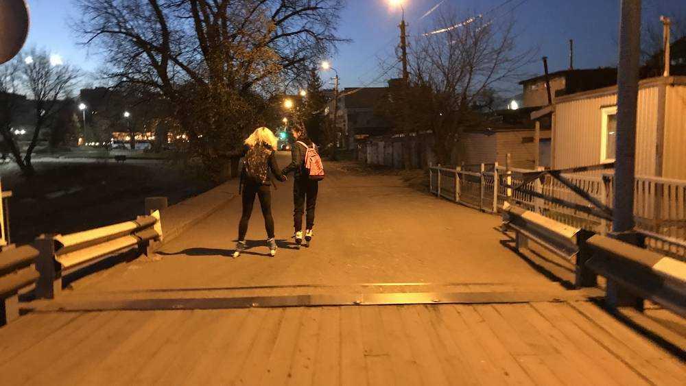 Задорные брянские девушки превратили понтонный мост в роллердром