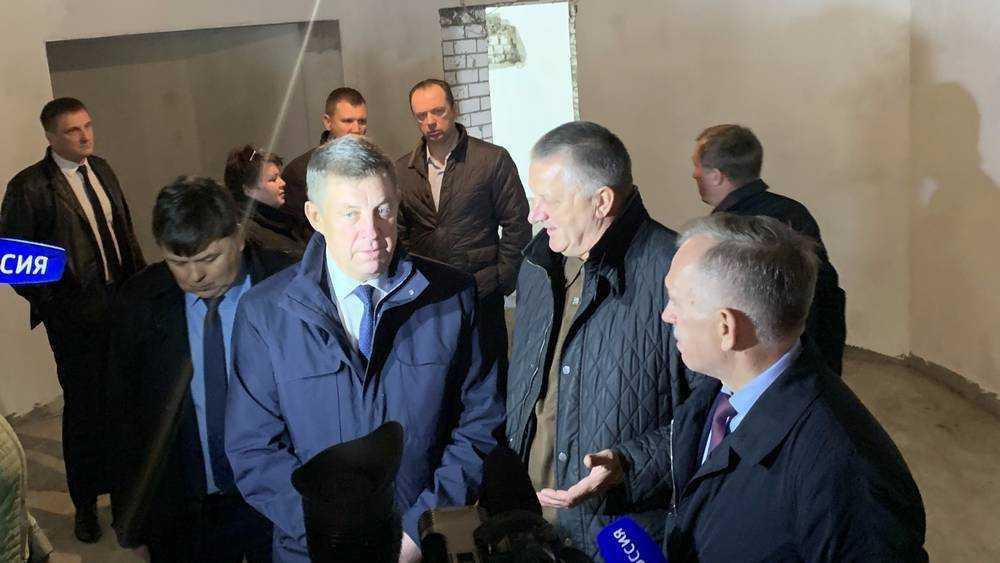 Брянский губернатор проверил строительство школы в старом аэропорту