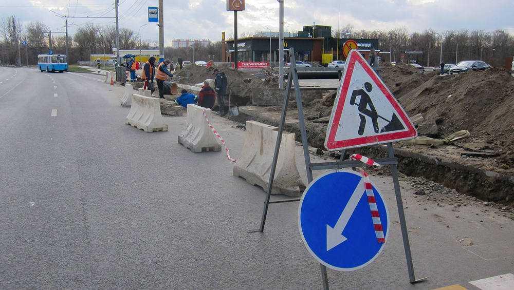 В Брянске возле Первомайского моста опять вскрыли дорогу