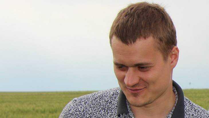 Депутат Мимонов помог погорелице восстановить крышу дома в Карачеве