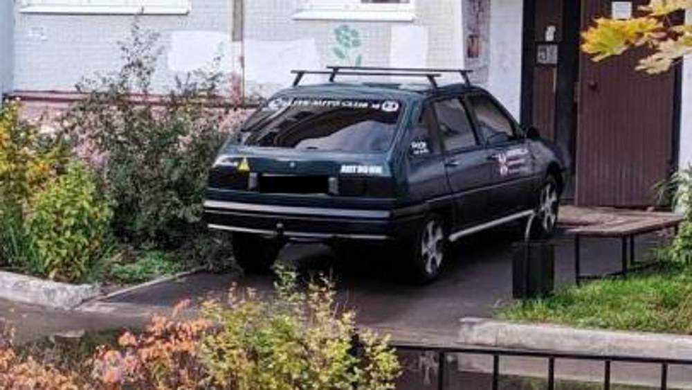 В Брянске оштрафовали водителя за парковку у двери подъезда