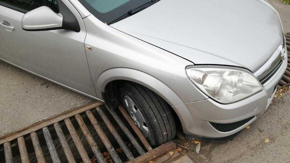 В Брянске иномарка провалилась в решетку ливневой канализации