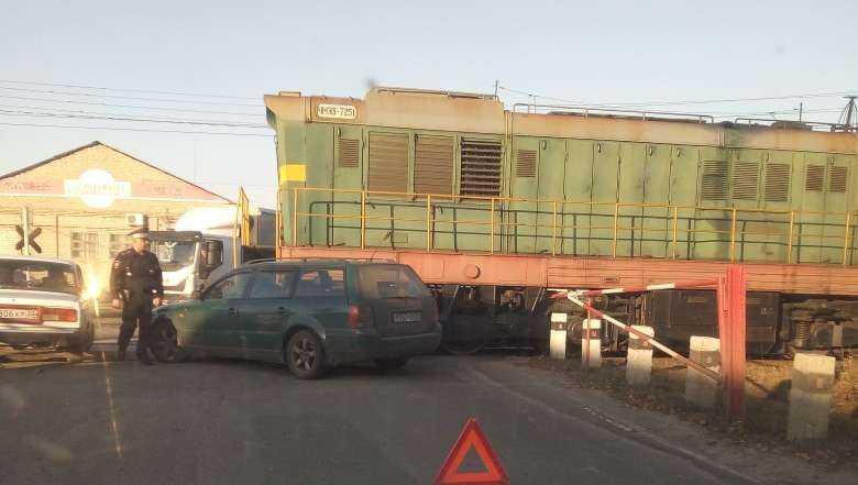В Брянске водитель автомобиля на переезде протаранил поезд
