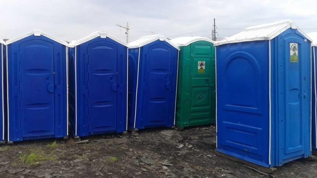 Преимущества покупки туалетных кабин бу