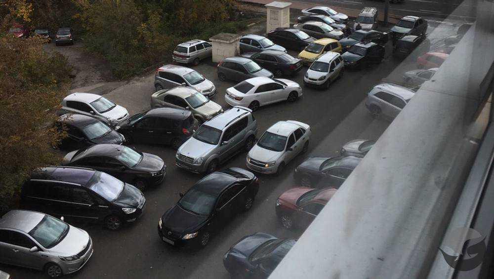 В Брянске на парковке Ростелекома водители устроили столпотворение