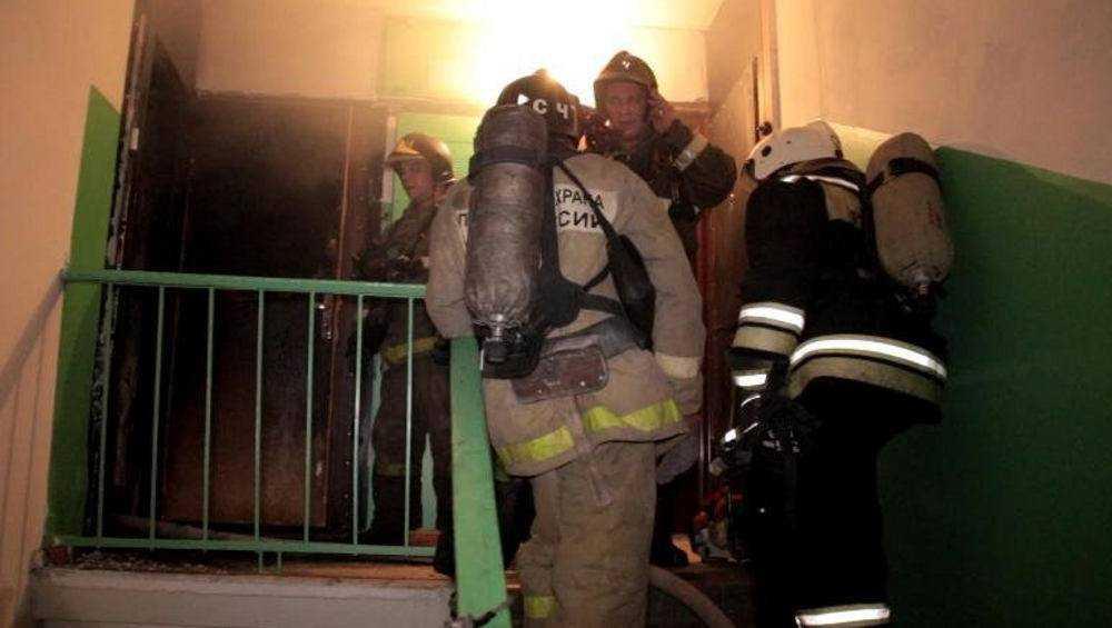 В Клинцах ночью пожарные спасли человека в горевшей квартире
