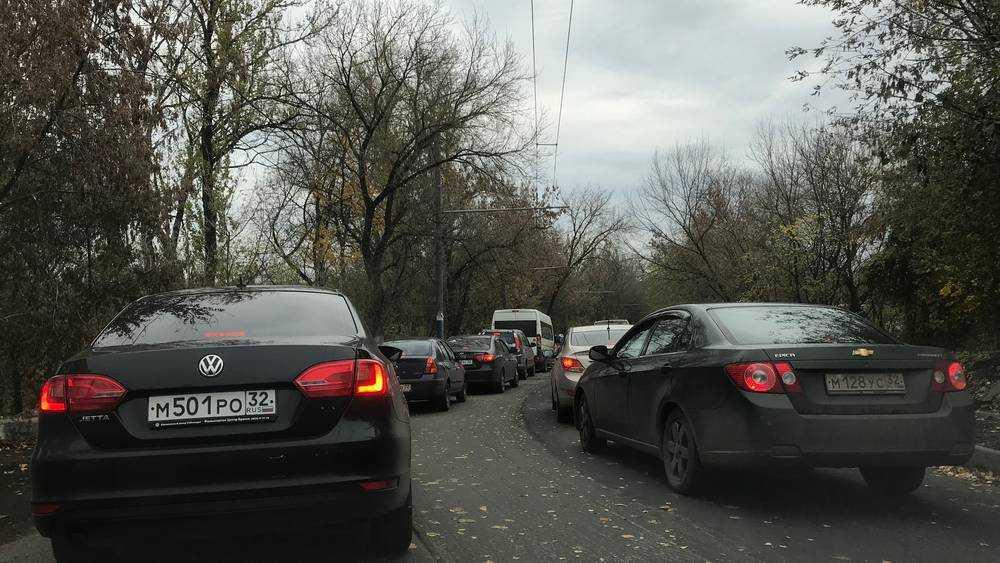 Жители Брянска стали терять по полчаса на пути к Черному мосту