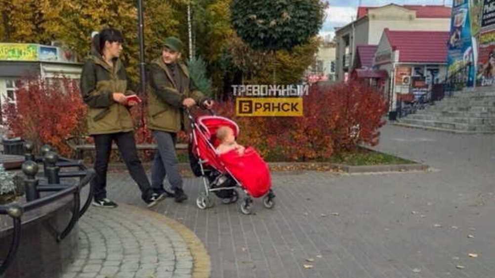 В Жуковке сфотографировали осеннюю прогулку раздетого малыша