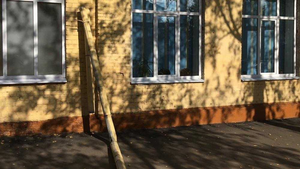 В брянской школе №3 со стены сползла водосточная труба