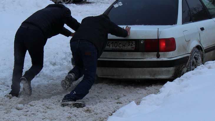 Брянских водителей предупредили о гололедице и метели 24 декабря