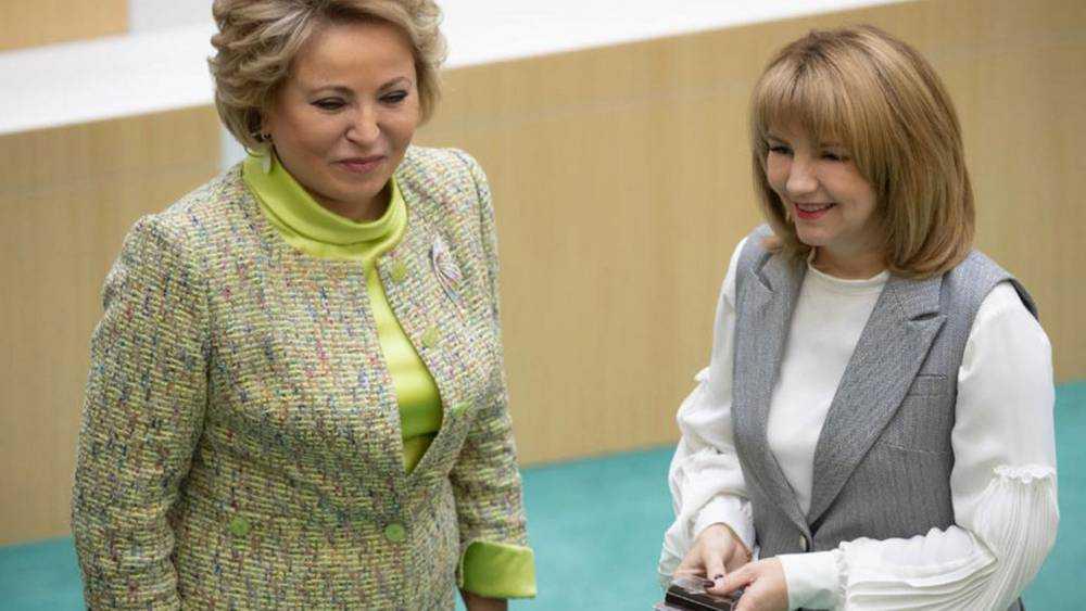Матвиенко вручила новому брянскому сенатору Солодун удостоверение