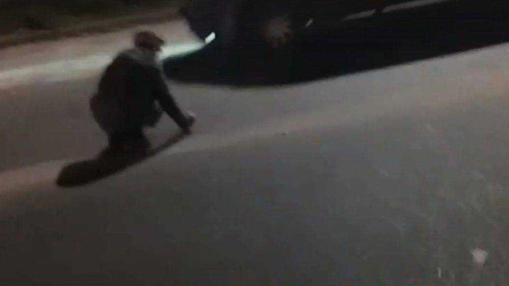 В Брянске сняли жуткое видео о сидевшей на проезжей части старушке