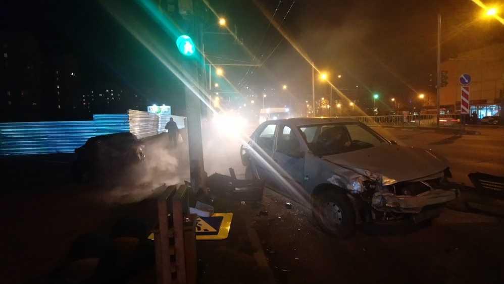 В Брянске иномарка протаранила легковушку и сбила светофор