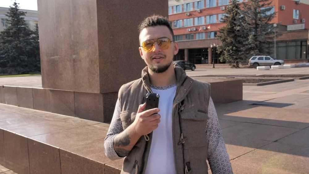 Гламурный парень на улицах Брянска провел поиск людей с татуировками