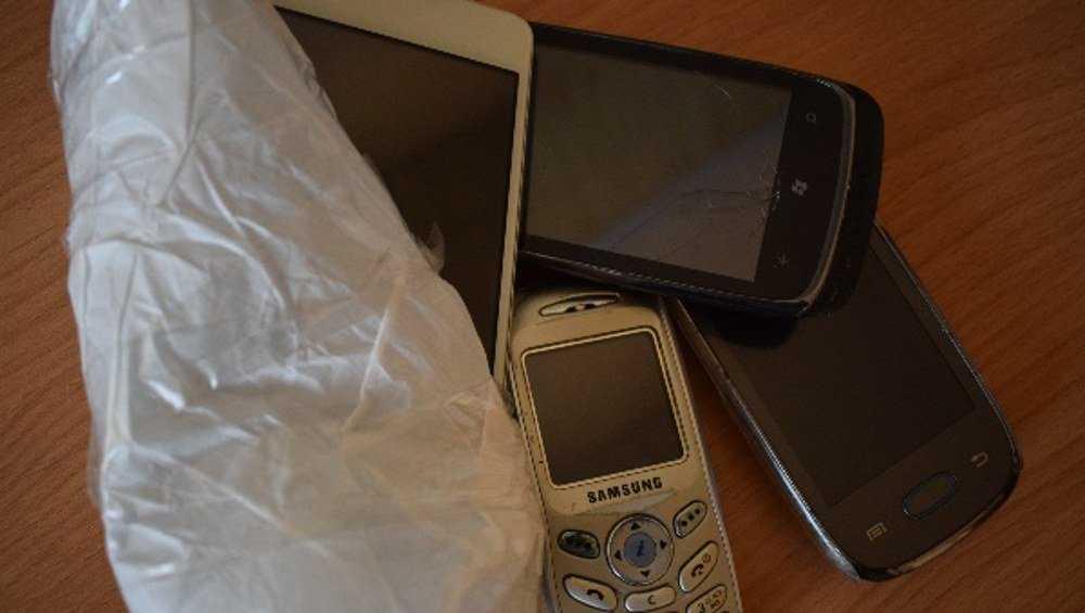 В брянских колониях перехватили посылки с телефонами для зэков