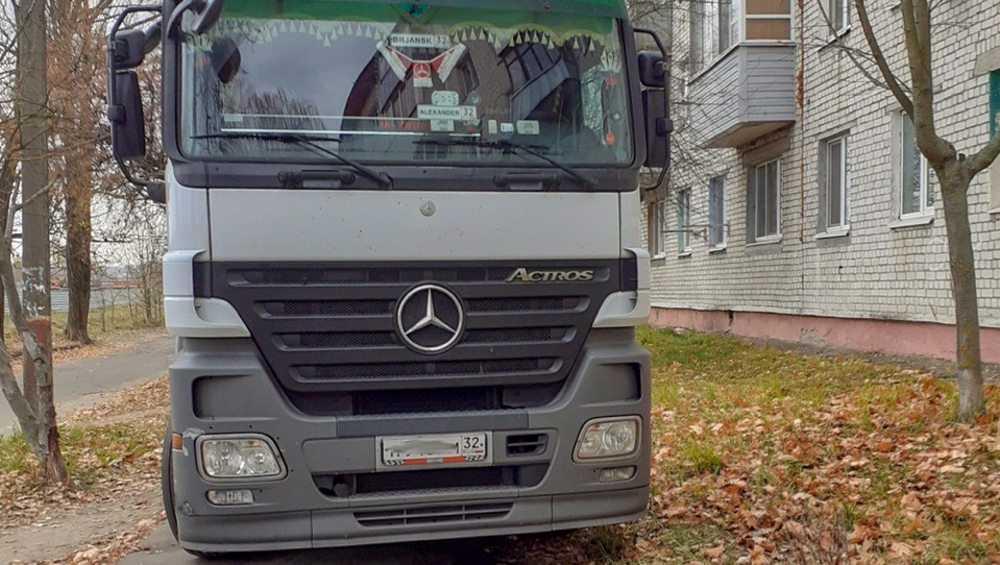Брянский дальнобойщик заплатит 1000 рублей за стоянку на тротуаре