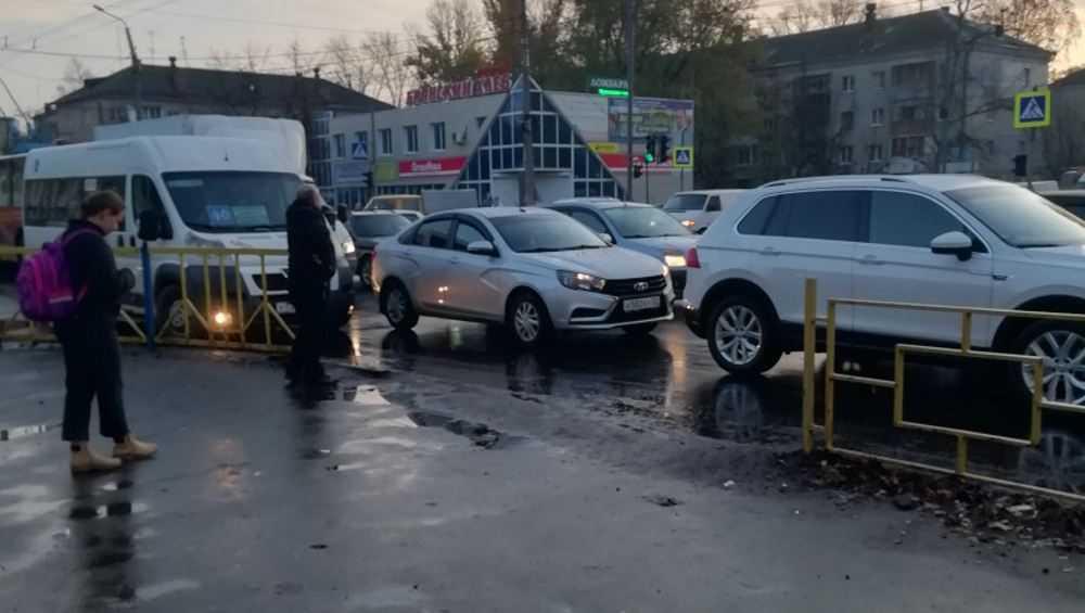 В Новом городке Брянска возникла огромная автомобильная пробка