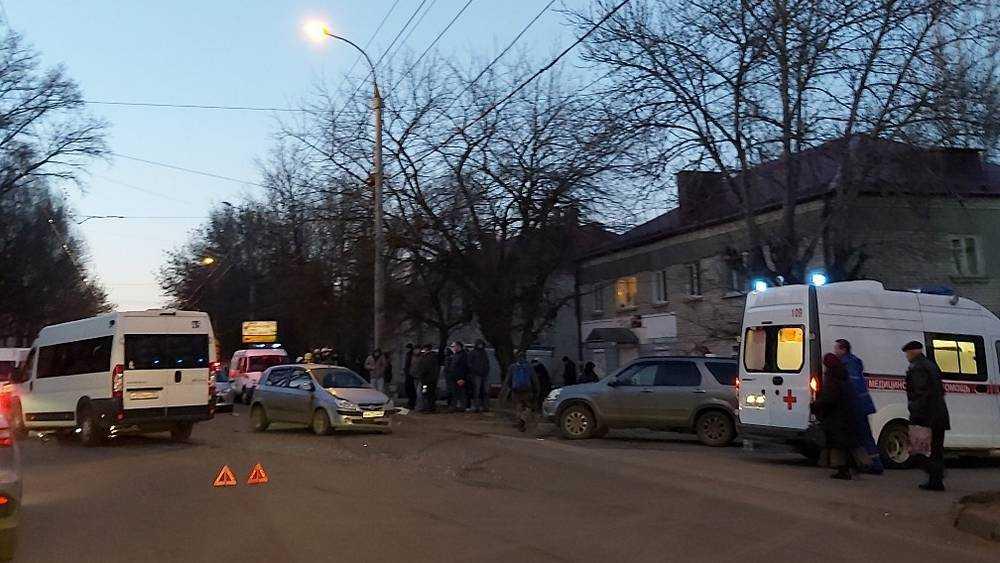 В Брянске на Красноармейской произошло серьезное ДТП с маршруткой