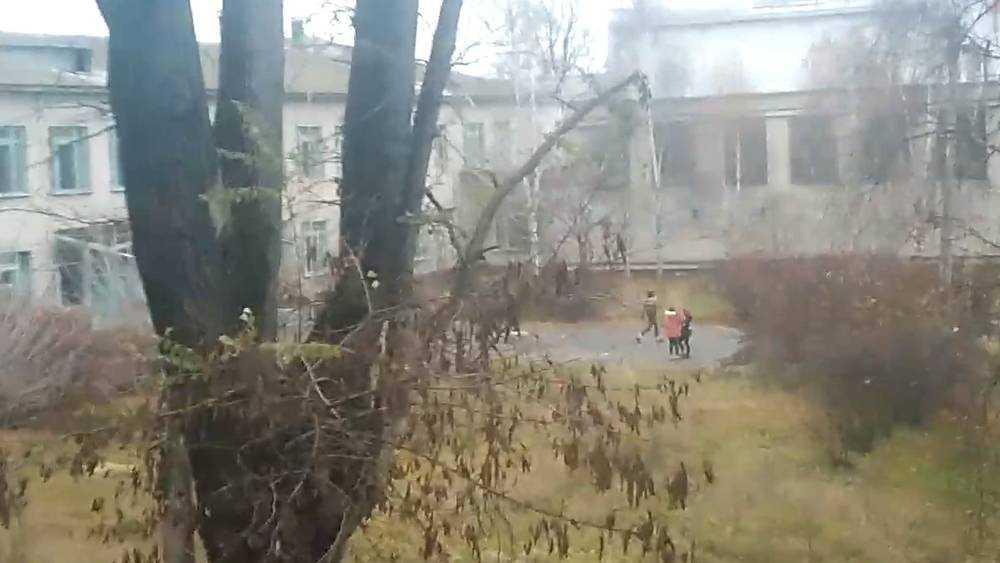 В Брянске в здании бывшего техникума подростки разбили окна