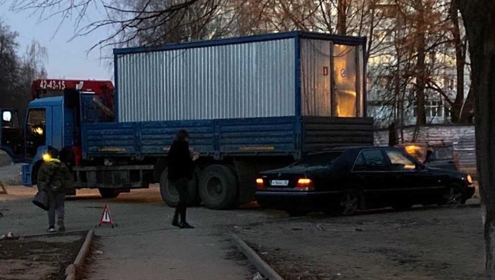 В Бежицком районе Брянска столкнулись легковушка и грузовик